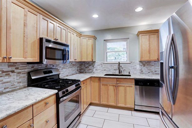 Kitchen gives you stainless steel appliances, tile floor, granite countertops, and great storage! (photo 5)