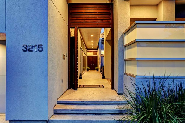 Stepping through the Ipea wood gate brings you into a private courtyard with outdoor kitchen and lounge space. This impressive oasis boasts a custom steel grill with natural gas connections and is illuminated by recessed lighting. (photo 3)