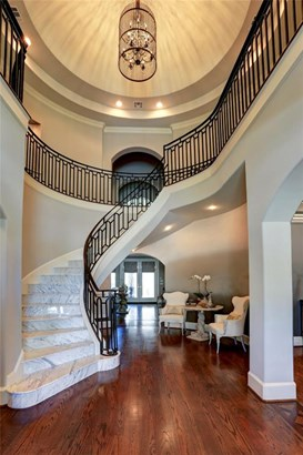 Welcome to 4723 Linden Street. This 5,840 SF house is situated on a 9,100 SF corner lot on one of the most beautiful blocks of Bellaire. (photo 2)