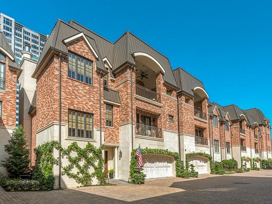 Free standing three story low maintenance home for great lock up and leave option (photo 1)
