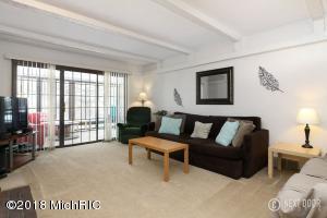 Melvin livingroom 1 (photo 2)