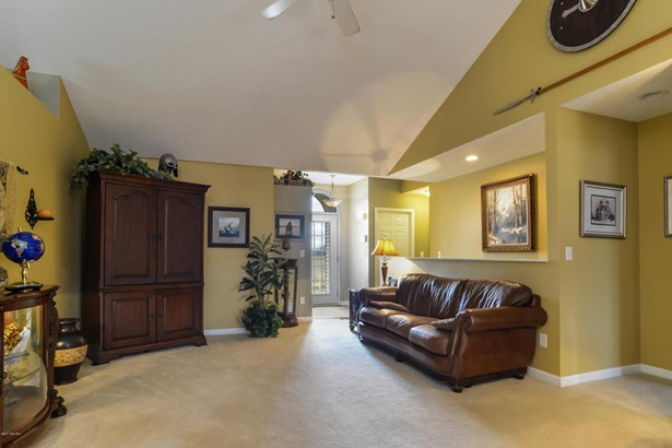 004-Living_Room-3932301-large (photo 4)