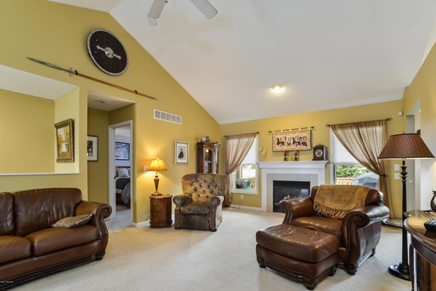 005-Living_Room-3932305-large (photo 5)