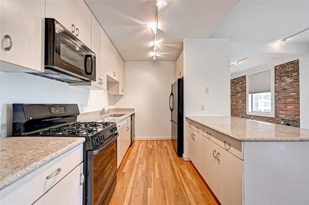 Mid/Hi-Rise Condominium - Houston, TX