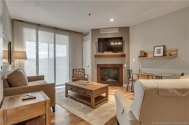 Contemporary executive suite. (photo 2)