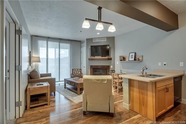 Contemporary executive suite. (photo 3)