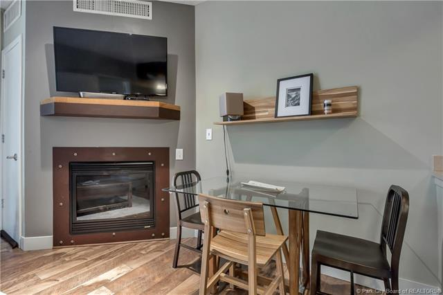 Contemporary executive suite. (photo 4)