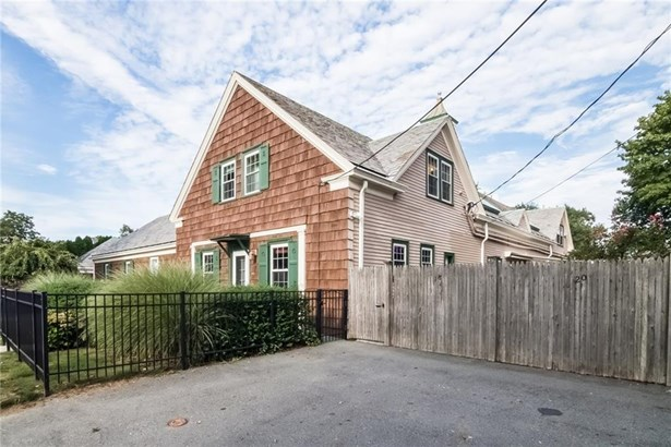 Town House - Middletown, RI (photo 4)