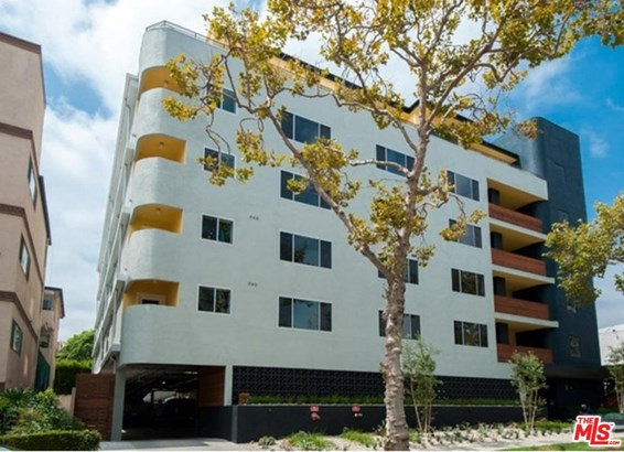 Low Rise, Condominium - Beverly Hills, CA