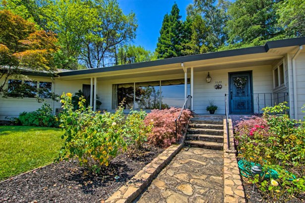 Bungalow,Contemporary, Single Family - Redding, CA (photo 2)