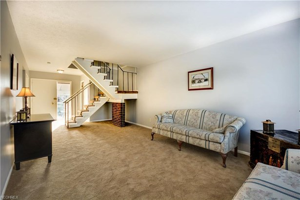 9292 Fernwood Dr, Olmsted Falls, OH - USA (photo 2)