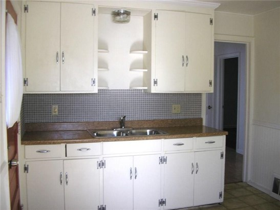 Plenty of cupboard space in the kitchen. (photo 4)