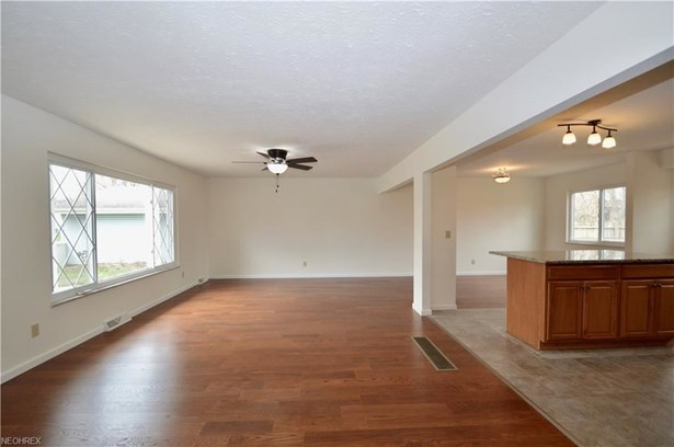 23752 Curtis Dr, North Olmsted, OH - USA (photo 4)