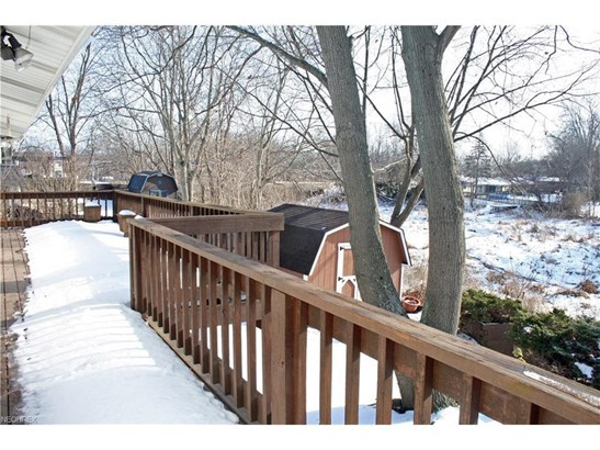 Large upper deck for outdoor enjoyment, views of nature. (photo 4)