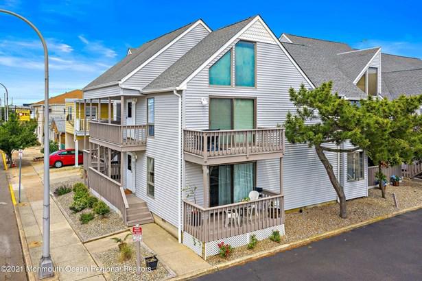 Condominium,Attached - Attached,End Unit,Lower Level,One Level Unit