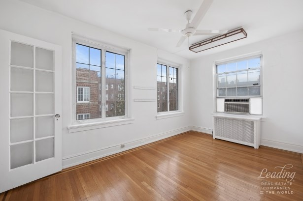 Rare 3 Bedroom Gem In Historic District 51, Jackson Heights, NY - USA (photo 3)