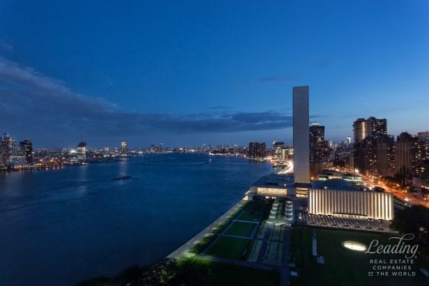 870 United Nations Plaza 22g, New York, NY - USA (photo 3)