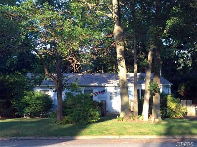 9 Thompson Ave, East Moriches, NY - USA (photo 1)