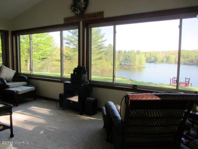 Large deck, two patio's and a (photo 5)