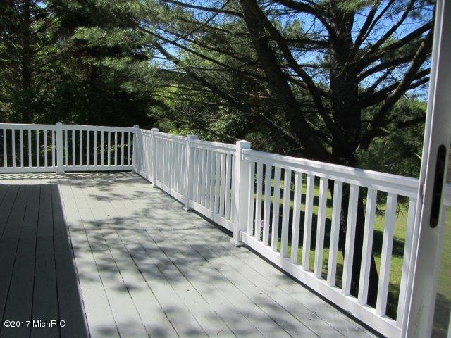 large deck (photo 5)