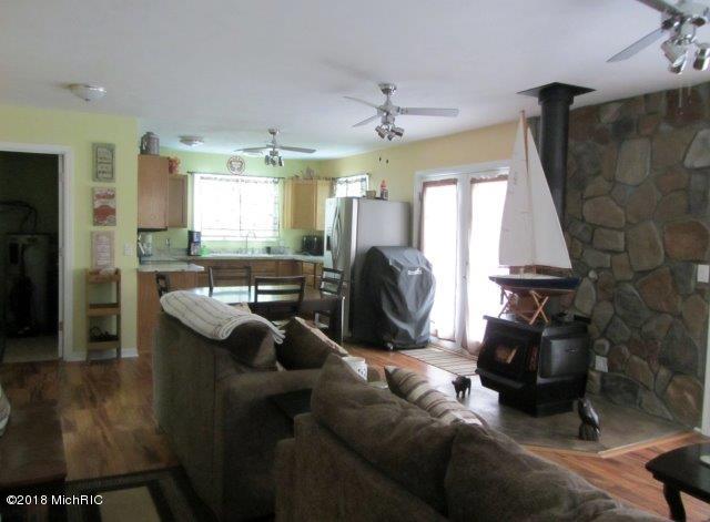 spacious open floor plan (photo 4)