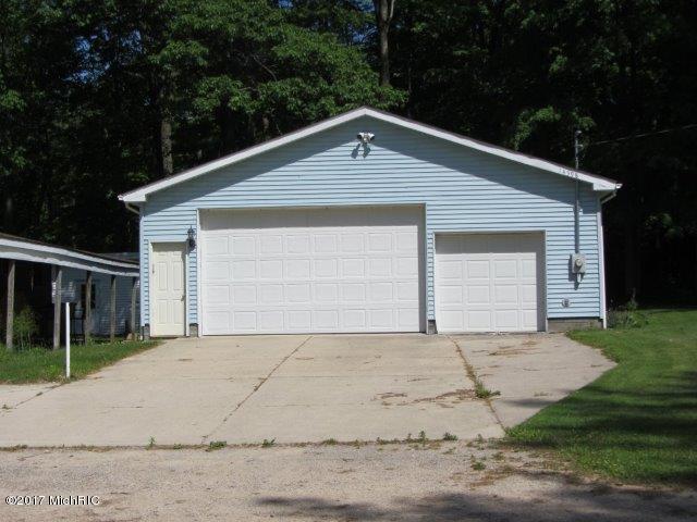 garage across (photo 2)