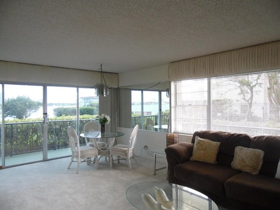 3040 Lake Shore Drive Unit 105, Riviera Beach, FL - USA (photo 5)
