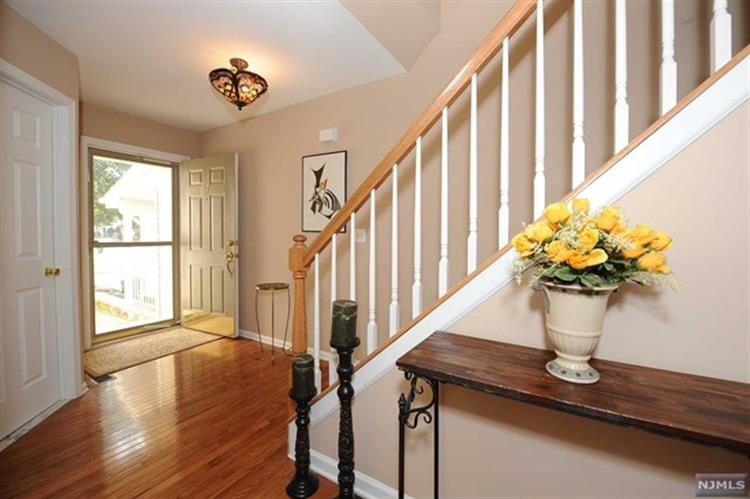 67 Mountainside Dr, Pompton Lakes, NJ - USA (photo 2)