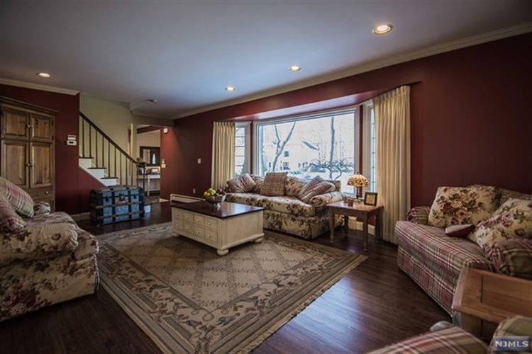 597 Colonial Rd, River Vale, NJ - USA (photo 4)