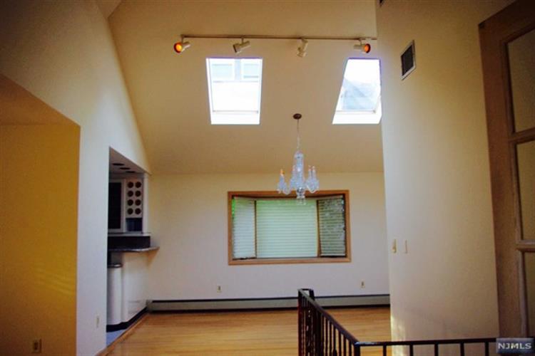 105 Oaktree Pl, Leonia, NJ - USA (photo 2)