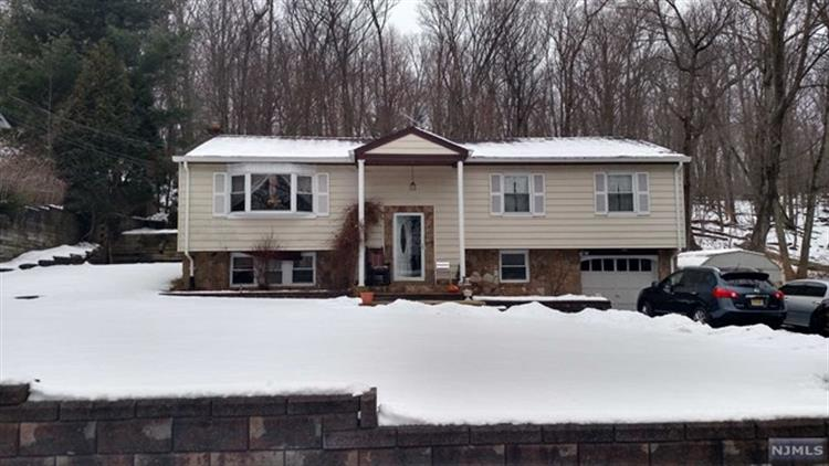 18 Upper High Crest Drive, West Milford, NJ - USA (photo 1)