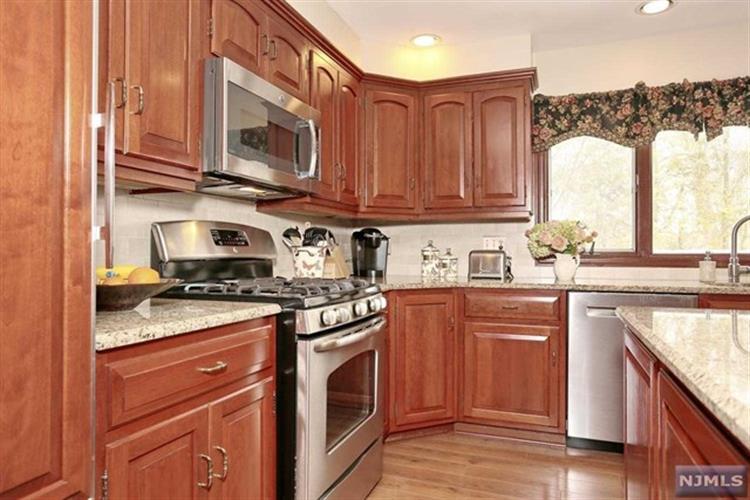989 Hillcrest Rd, Ridgewood, NJ - USA (photo 2)