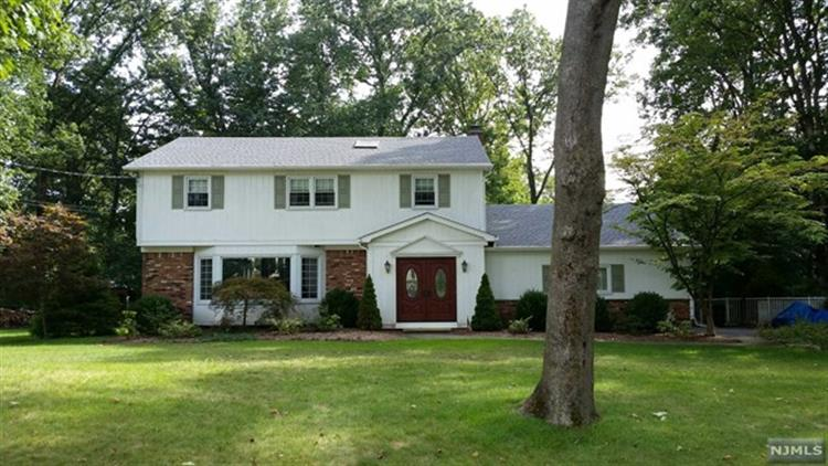 597 Colonial Rd, River Vale, NJ - USA (photo 2)