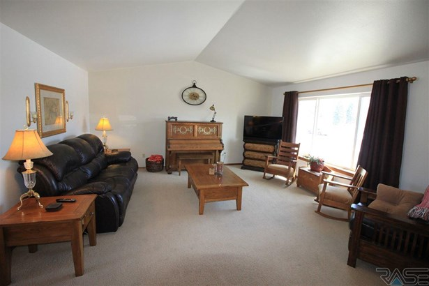 Split Foyer, Single Family - Lennox, SD (photo 4)