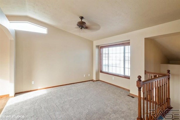 Split Foyer, Single Family - Sioux Falls, SD (photo 3)