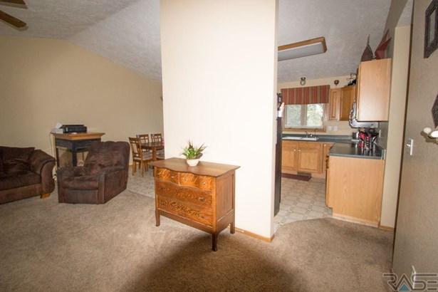Split Foyer, Single Family - Hartford, SD (photo 2)