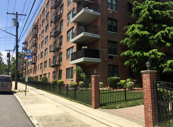 Apartment,High Rise, High Rise - Staten Island, NY (photo 3)