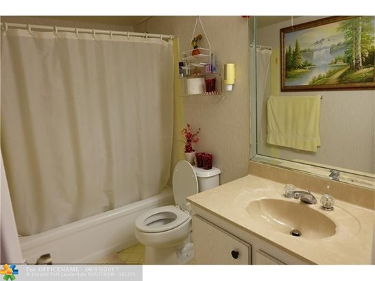 Condo/Townhouse - North Lauderdale, FL (photo 5)