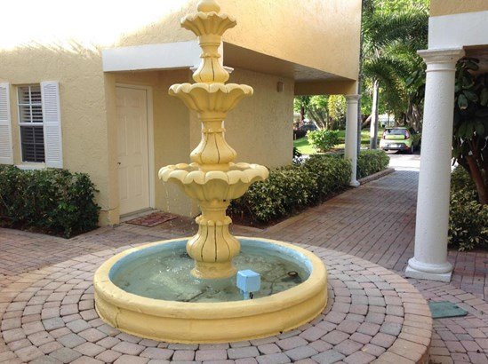 Condo/Townhouse - Lake Park, FL (photo 2)