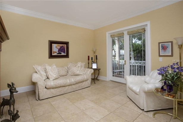 Single Family Residence, Traditional - TAMPA, FL (photo 4)