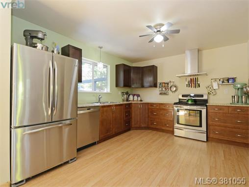 6807 Wallace Dr, Central Saanich, BC - CAN (photo 2)
