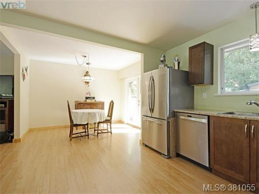 6807 Wallace Dr, Central Saanich, BC - CAN (photo 3)