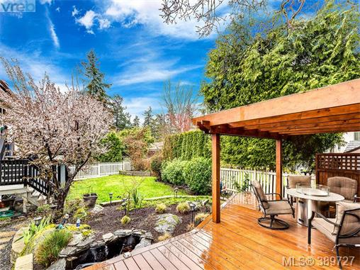 4206 Morris Dr, Saanich East, BC - CAN (photo 2)