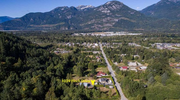 1039 Finch Drive, Squamish, BC - CAN (photo 2)
