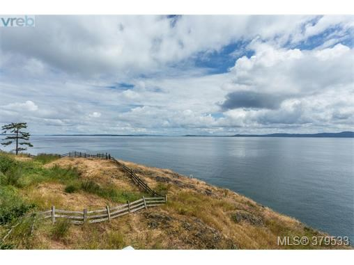 4589 Leyns Rd, Saanich East, BC - CAN (photo 2)