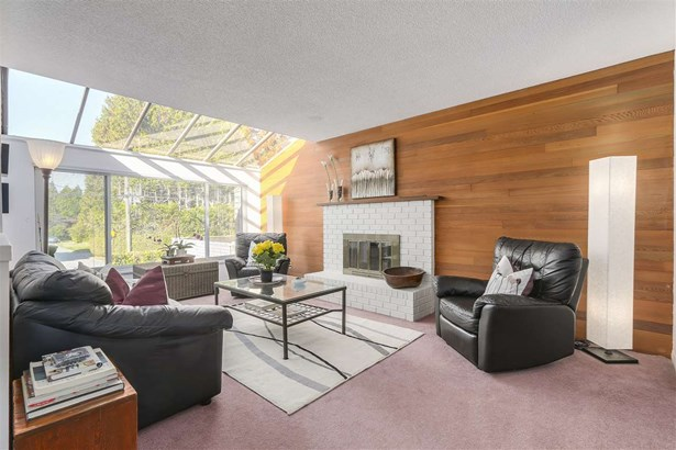 2058 Mountain Highway, North Vancouver, BC - CAN (photo 2)