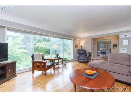 6664 Wallace Dr, Central Saanich, BC - CAN (photo 4)