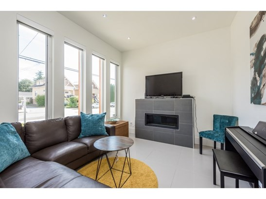 910 Tenth Street, New Westminster, BC - CAN (photo 3)
