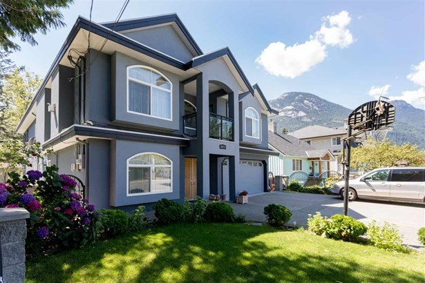 38731 Buckley Avenue, Squamish, BC - CAN (photo 1)