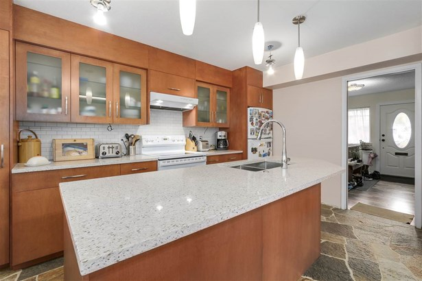 5508 Brookdale Court, Burnaby, BC - CAN (photo 5)
